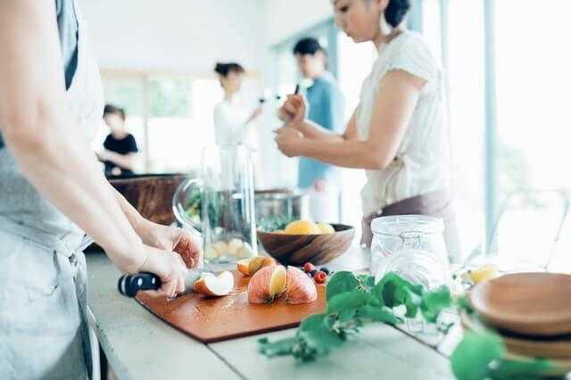 アイランドキッチンのメリットやデメリット、リフォーム費用・実例!使い勝手を良くするための対策は?