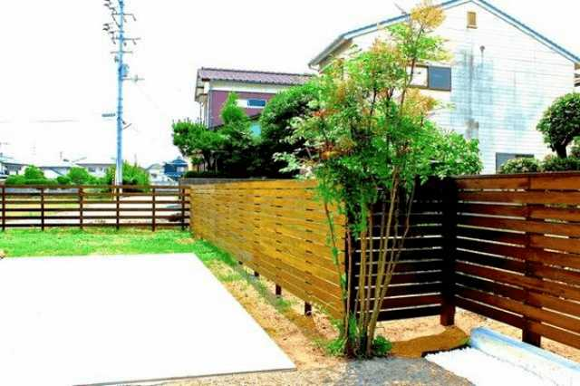 DIYで庭にウッドフェンスは作れる?リフォーム業者に頼む?費用の比較・作り方・注意点とは