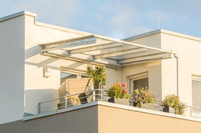 ベランダ(バルコニー)の屋根は必要?後付け・修理する際の費用と注意点