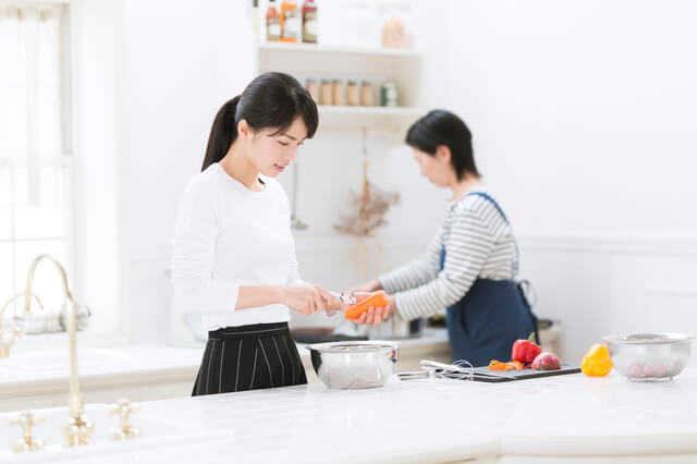 キッチンのサイズ選びでは、人数や通路幅も考慮する