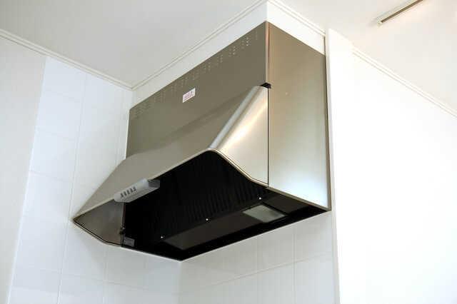 レンジフード(換気扇)の交換費用や耐用年数は?お手入れ簡単な商品でキッチンのお掃除が楽になる!