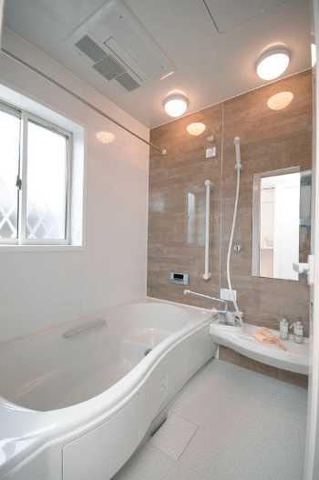 お風呂・浴室の窓リフォームで目隠し・防寒・防犯対策!費用やサイズの目安は?