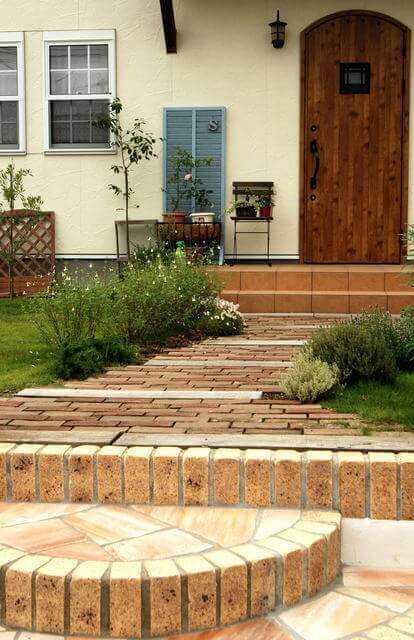 お庭のDIYにレンガが大活躍!花壇やアプローチを自由にデザインできる
