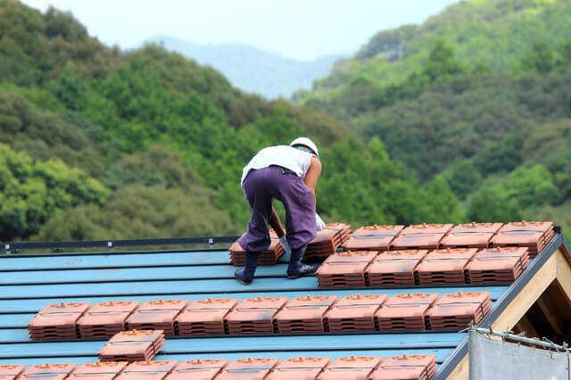 屋根のカバー工法(重ね葺き)の費用相場・メリットとデメリット!葺き替えとの違いとは