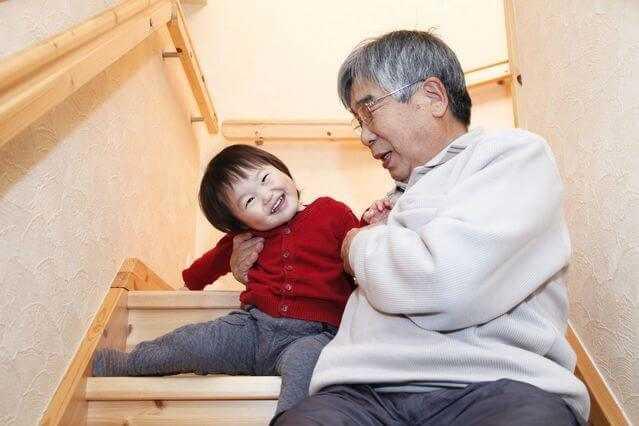 階段に手すりを取り付ける値段!DIYでも大丈夫?業者に依頼するメリット