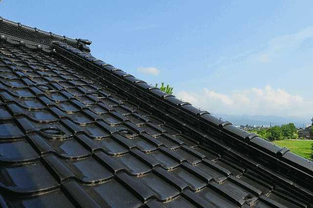 屋根瓦の種類・形・価格を比較!リフォーム時期や費用相場は?