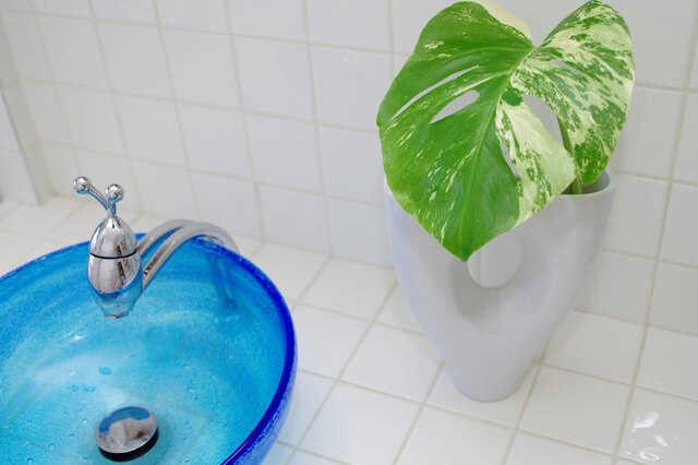 モノトーンのタイルで洗練された洗面台