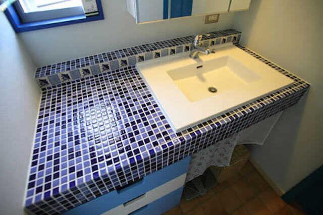 カラフルなタイルでポップな洗面台