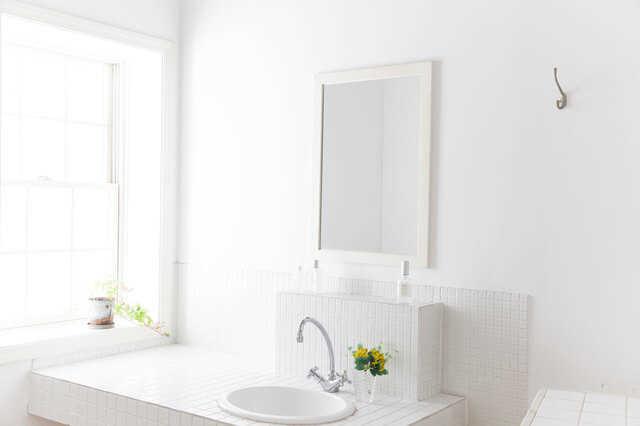 白一色で清潔感のある洗面スペース