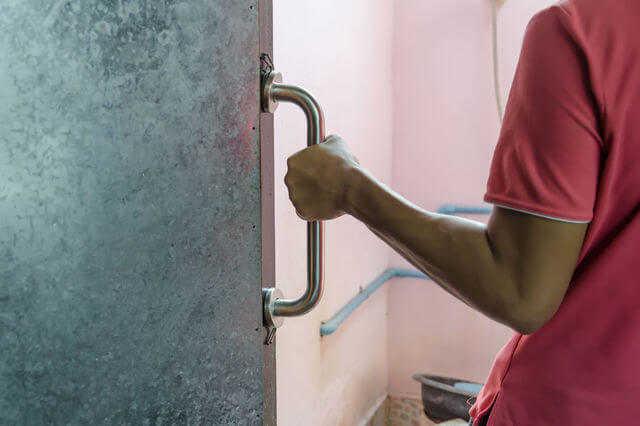 トイレに介護用の手すりを取り付けたい!最適な位置と高さ・費用相場とは?