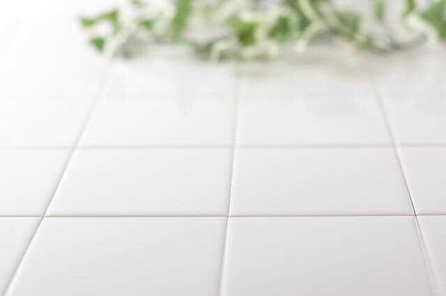 「お風呂の床が冷たい」は床だけリフォームで解決!かかる費用や床材の種類による特徴は?