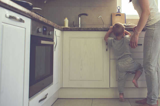 赤ちゃん・子供がキッチンに入ってきて危ない!安全対策のためのDIY・リフォーム方法は?
