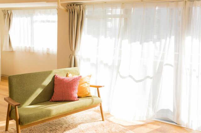 カーテンとブラインドを徹底比較!部屋に合うのはどっち?