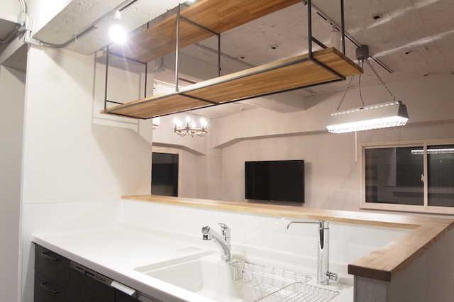 スルーな吊り戸棚ならキッチンの圧迫感を解消できる♪