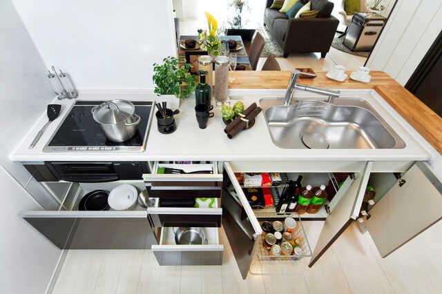 省スペースを有効活用!収納上手は、キッチンの扉裏も賢く使う