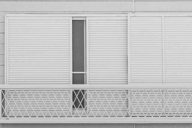 雨戸・窓用シャッターの修理方法と費用相場!交換は必要?