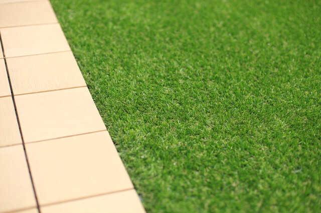 床材に、人工芝・タイル・ウッドデッキは向かない?