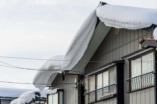 雪の重みでドアが開かなくなる/屋根が陥没する可能性がある?