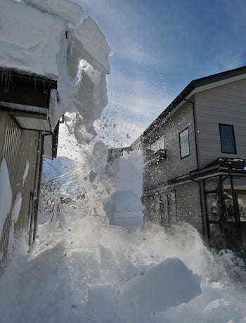 屋根からの落雪を防ぐ雪止めは必要?金具などを後付けする費用相場・デメリットはある?