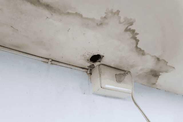【原因別】雨漏りの修理・補修の費用相場!業者の選び方や台風前後にチェックしたい対策法は?