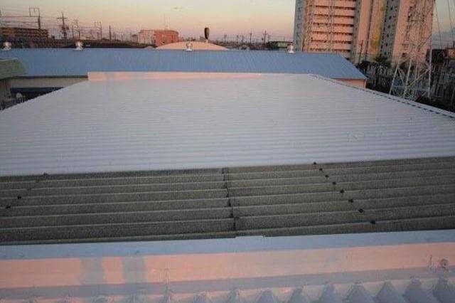 折板(折半)屋根の施工方法や塗装・カバー工法などのリフォーム単価をご紹介
