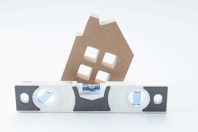 家の傾きを直すリフォームの費用!傾いた家や床を放置すると倒壊する?原因や調査費用なども解説!